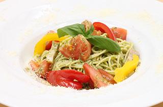 ベーコンとトマトのジェノベーゼパスタ